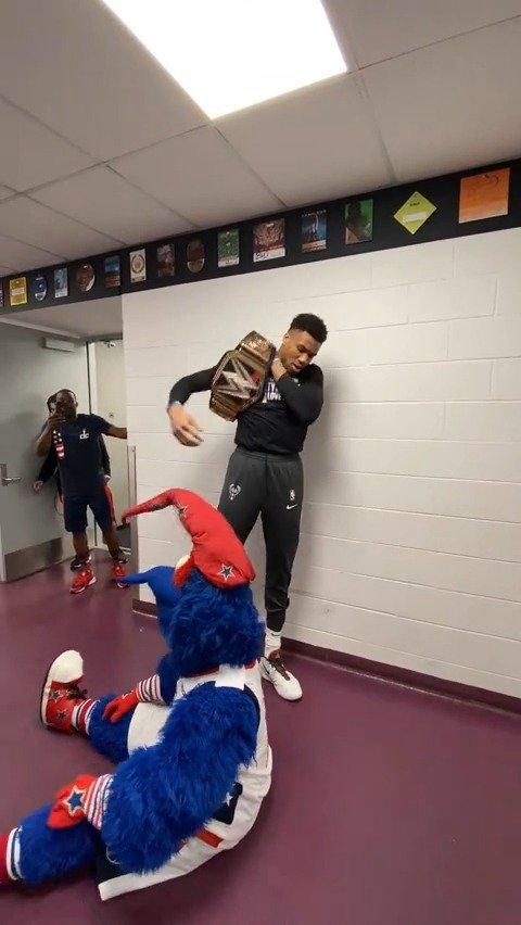 今天字母哥举着金腰带来到华盛顿!并带领队友痛扁了奇才吉祥物!