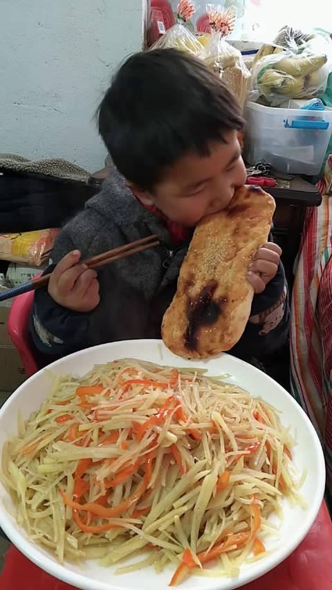 乖小弟吃饭了: 辣椒土豆丝配锅贴烧饼