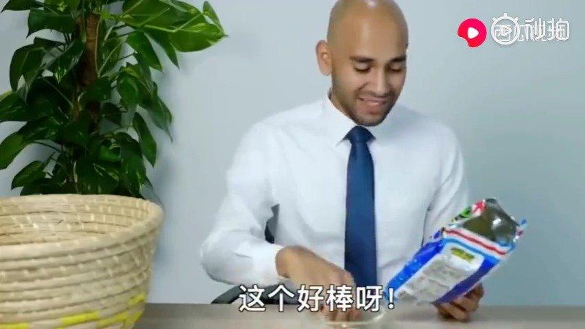 当迪拜的那些土豪老外吃中国平价零食,看看她们的反应