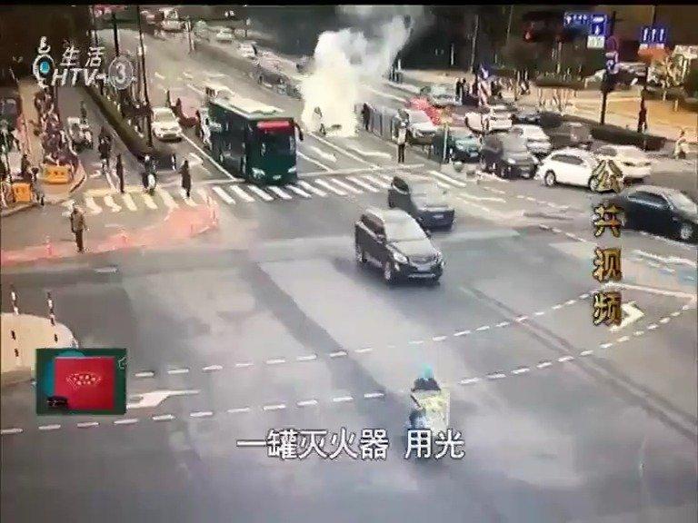"""路边汽车自燃 公交司机化身""""救火英雄"""""""