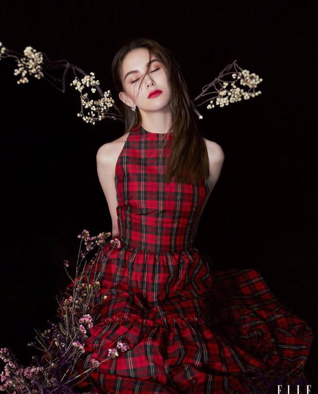 昆凌最新写真穿黑色长裙秀香肩锁骨 湿发造型妩媚性感