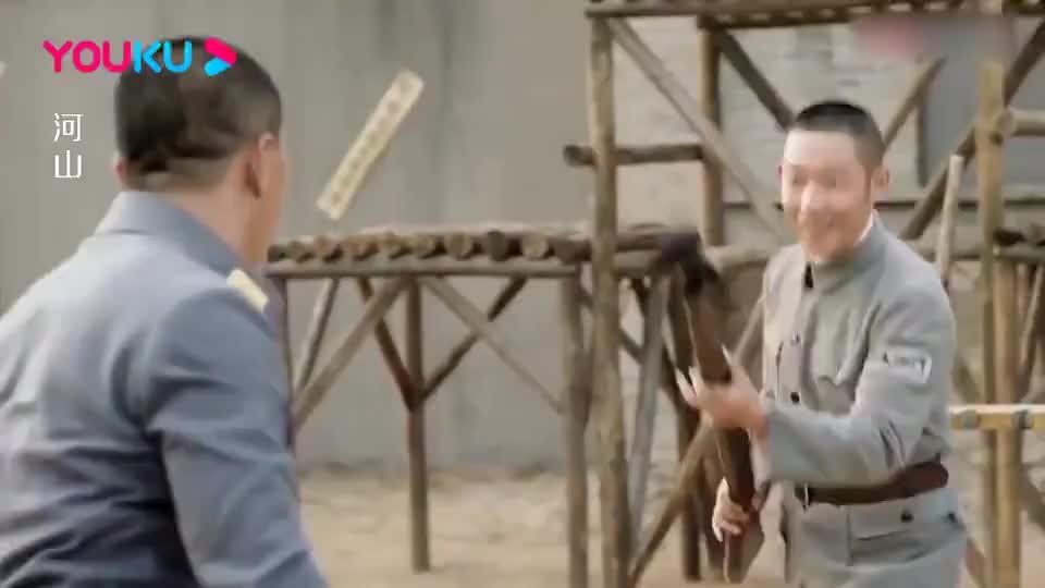 团长横行沙漠的霸王枪,却输给了八路教员,竟在美女面前丢人了