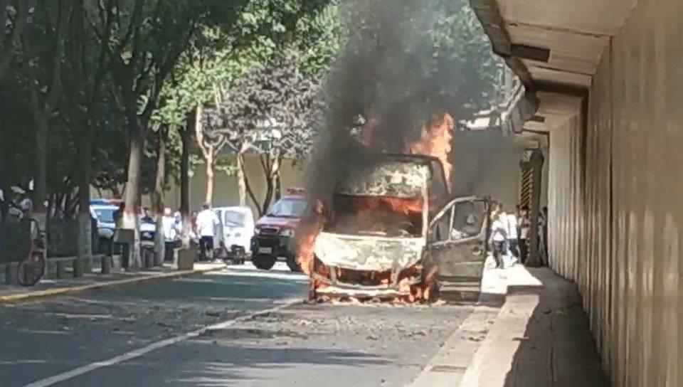 网友投稿:太白立交东南角处,一辆面包车发生自燃,火势较大