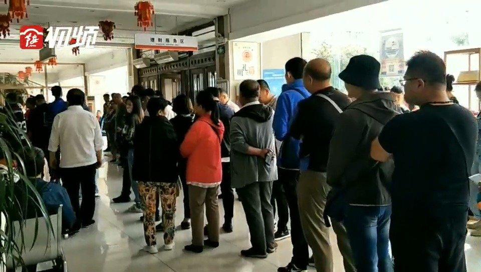 新中国成立70周年纪念币兑换首日 市民一大早排队