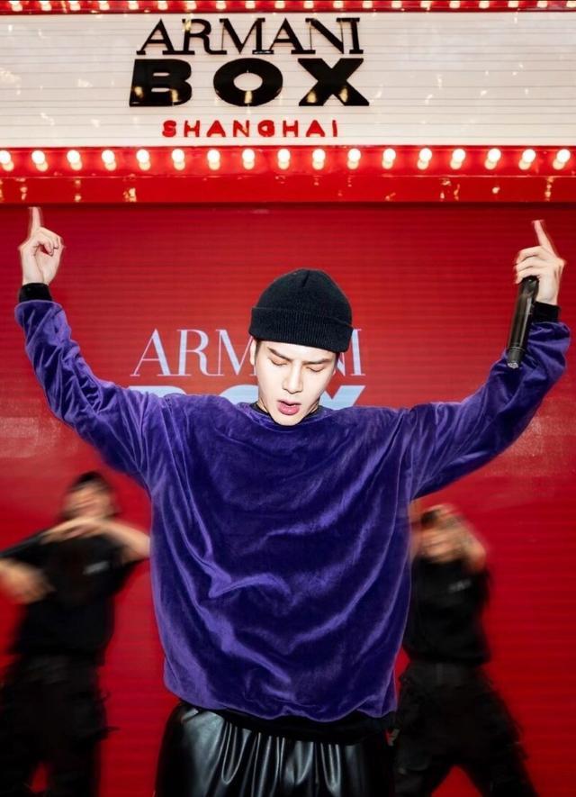 王嘉尔黄景瑜同穿牛仔外套,一个青春俏皮,一个潮流时尚,很个性