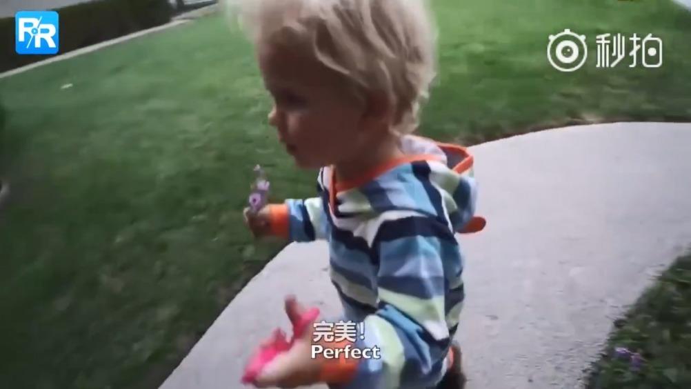 3岁美国小暖男给妈妈做饭,全程爆笑可爱