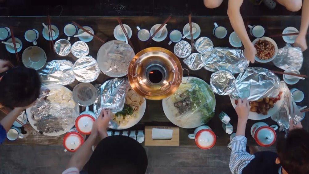 小辛@刘雅瑟 在中给来蘑菇屋民宿度假的客人们做了一桌丰盛的火锅
