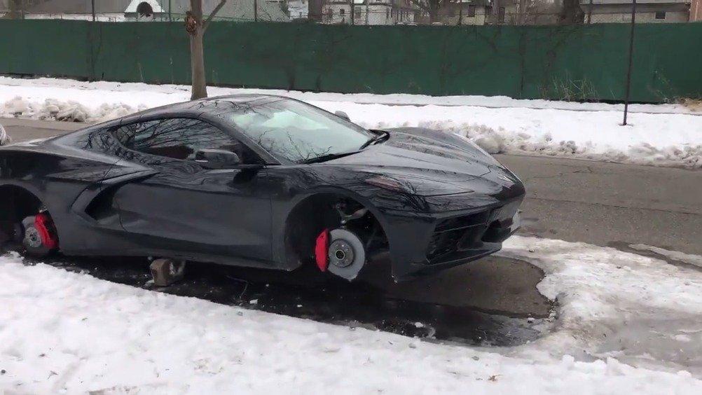 外国一台全新Corvette C8四个轮毂一夜被偷走...  (MotorTrend)