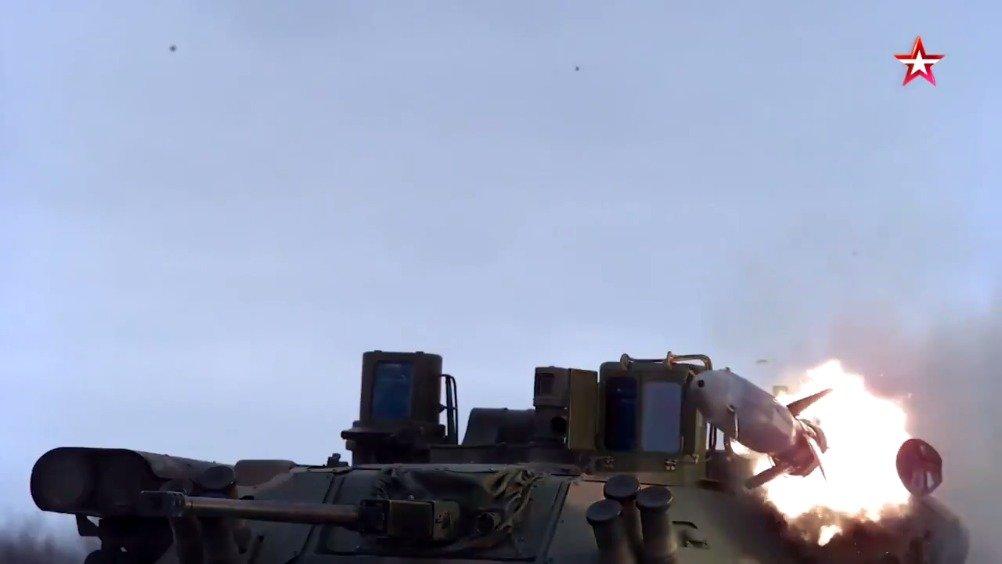 配备Berezhok炮塔的BMP-2M发射短号反坦克导弹~
