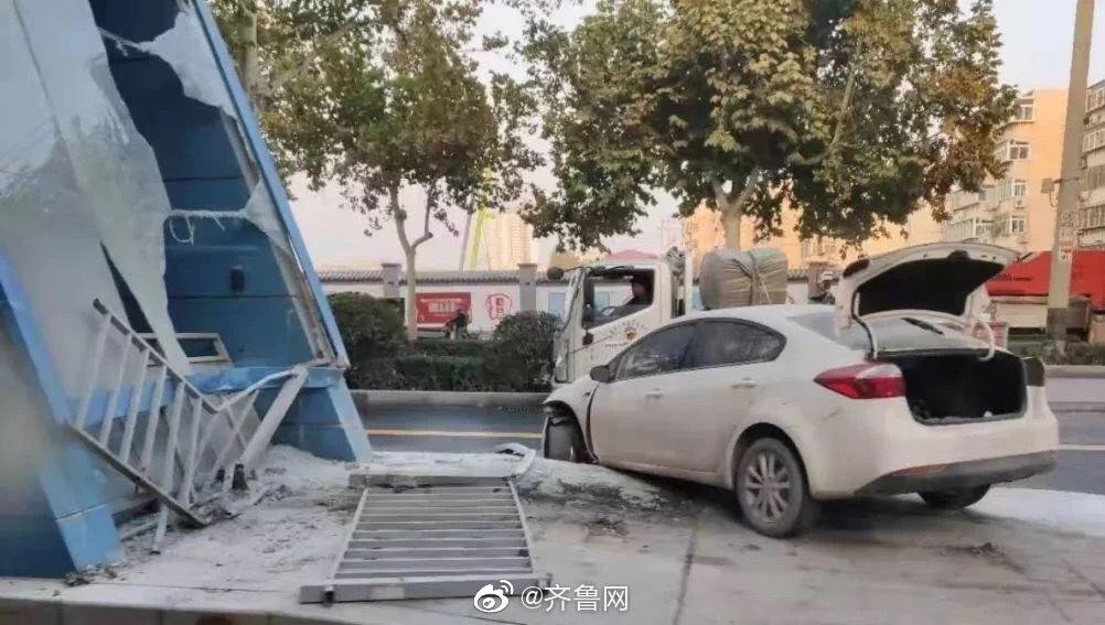 突发!济南一轿车冲上公交车站台 车站玻璃被撞粉碎