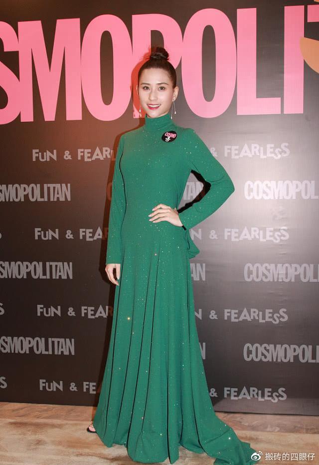郑欣宜何超莲同穿绿色连衣裙,相差4岁气质不相上下,身材定胜负