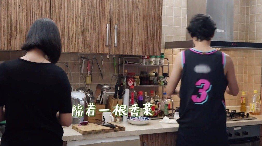 袁弘穿的球衣上韦德名字被打上了马赛克,爱奇艺好刚。