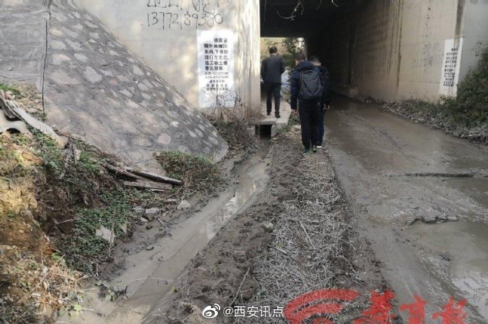上游搅拌厂冲洗场地排水 西安灞桥神鹿坊村村民家门前排水渠积满泥浆