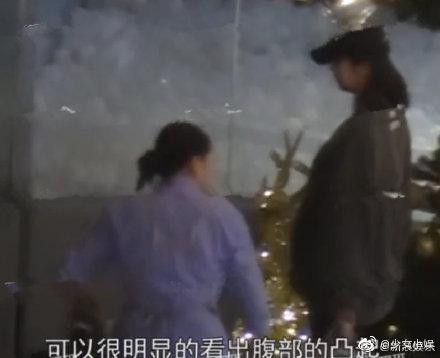 陈赫老婆张子萱接女儿安安放学被拍,张子萱身穿灰色卫衣,戴鸭舌帽