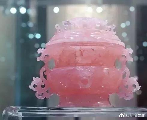 这件芙蓉石蟠螭耳盖炉现收藏于南京博物院,芙蓉石又称为粉晶