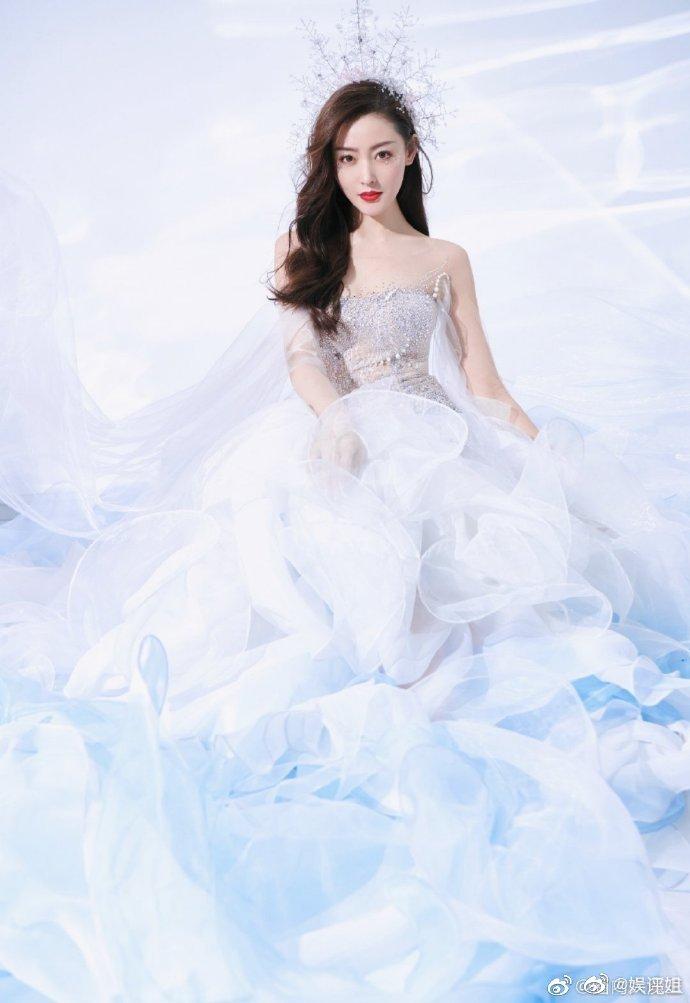 张天爱白色长裙搭配人鱼眼妆,真的是仙女下凡本人了!发型很精致