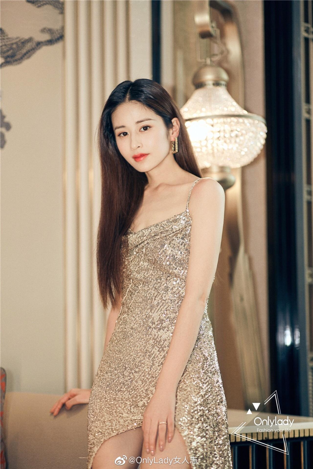@颖儿Yinger 穿着金色闪片礼服搭配同色系高跟鞋及耳饰