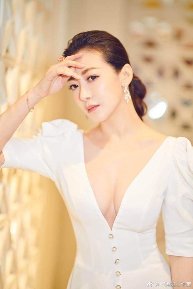 陈紫函早前活动照,一袭白色复古深V长裙,展现无敌完美身材!