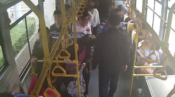 公交车被恶意别车 车内两名乘客受伤