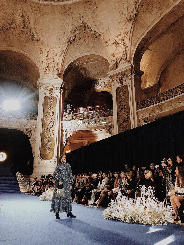 受邀去看了OZLANA在巴黎小皇宫的大show透露下新一季主打是时髦少女