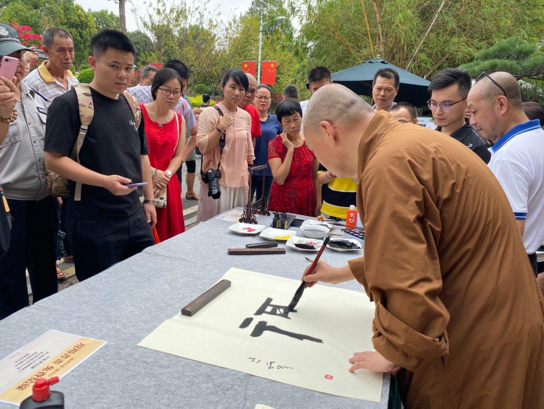 10月13日,@延参法师 在厦门仙岳山竹缘阁为网友们写福字、画荷花。