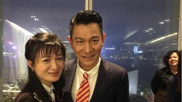 42岁陈少霞挺孕肚与大19岁老公逛街,对方曾感动她高龄怀孕而痛哭