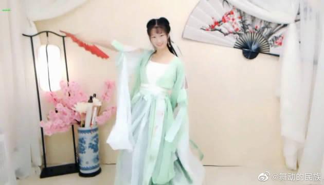 舞蹈系出生的学姐跳《广寒宫》,活泼轻快的舞姿,养眼度十足。