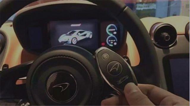 迈凯伦570S采用三幅式方向盘设计,配备一块全液晶仪表盘