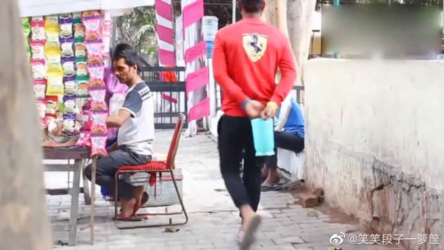 禁止吸烟,一大杯水直接泼到人脸上,结果被人在大街上追着打!