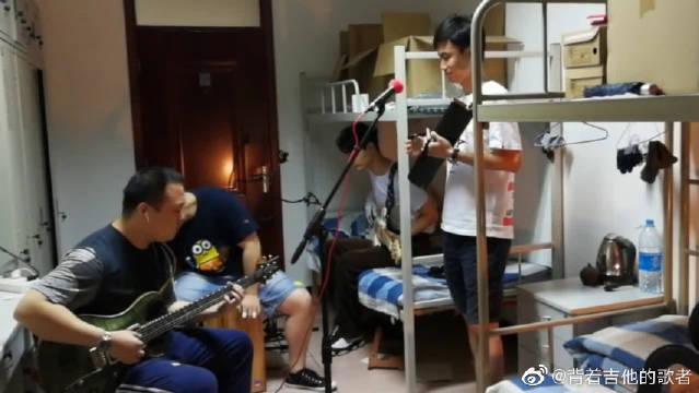 宿舍吉他弹唱痛仰乐队《生命中最美丽的一天》,很喜欢的一个乐队