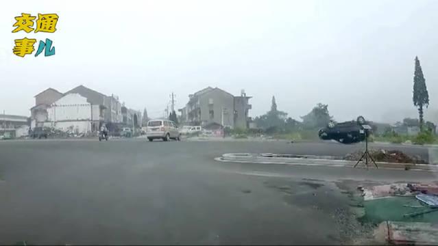 跟拍电影似的,角度找对了一撞就会翻,通过路口一定要减速