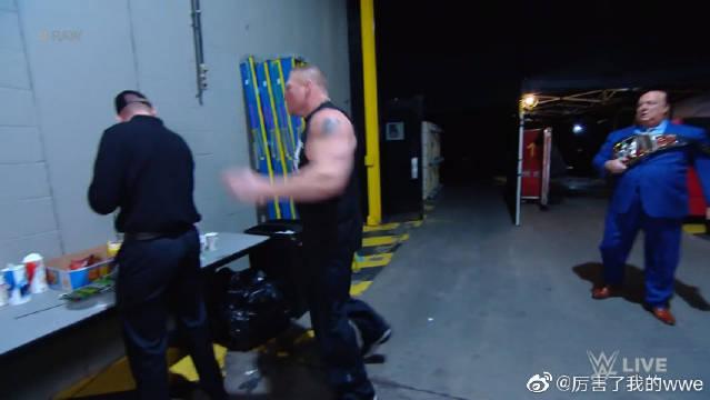 WWE RAW:猛兽布洛克莱斯纳后台大暴走,后台比在擂台上对打还有趣