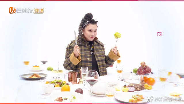 """范湉湉暴露""""吃货""""本性!美食盛宴难抵诱惑!这满满的一桌子!"""