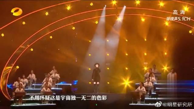 李宇春携厦门六中学生合唱《给女孩》,这是一首很特别的歌曲