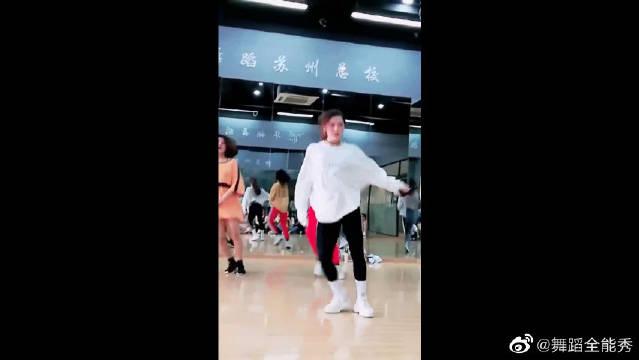 最近大火的一段舞蹈,美女老师跳的太酷了,我都忍不住跳起来