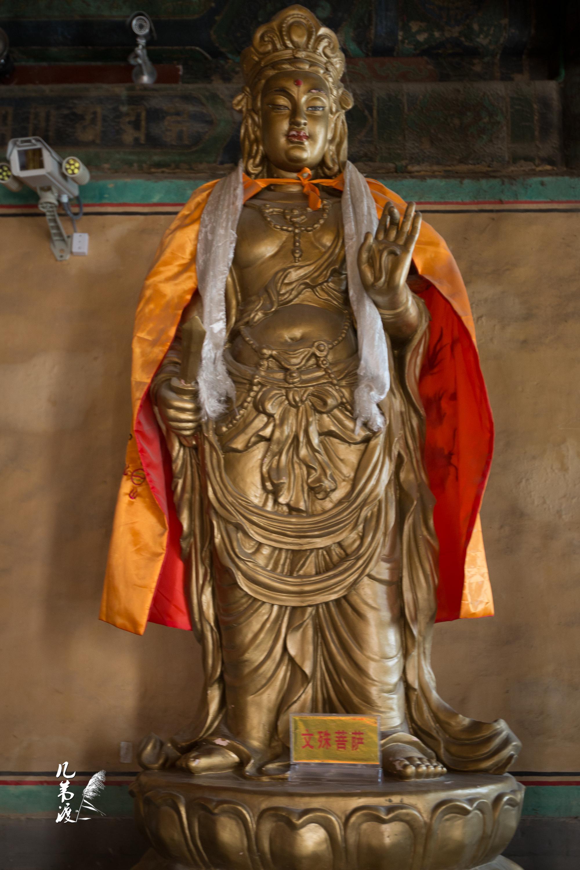 大殿中的三世佛和八大菩萨