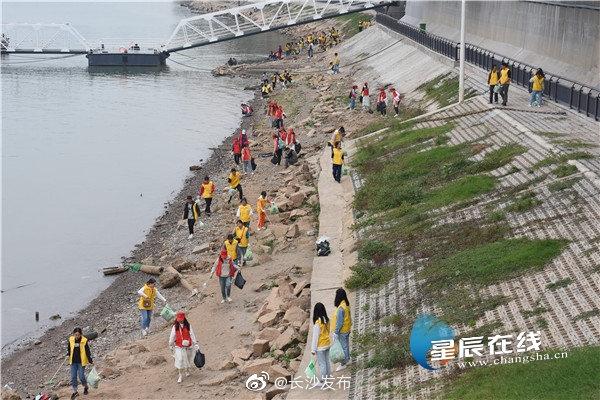 天心区青年志愿者联合城管队员清洁湘江风光带