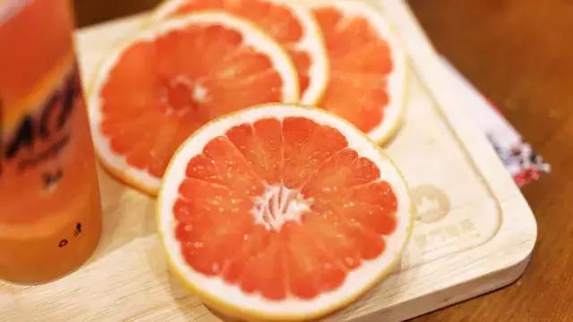将新鲜西柚和清茶完美结合,西柚肉粒粒分明,入口沁心,果味悠远.