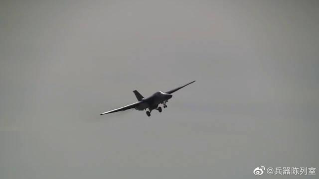 """F-111战斗轰炸机飞行展示,人称""""空中打火机"""""""