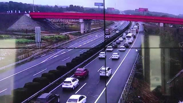 长张高速往东车流量大,已对湘江西,泉交河,幸福渠收费站入口管制