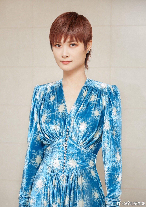 李宇春这一身可谓女人味十足,蓝色收腰长裙和精致的妆容