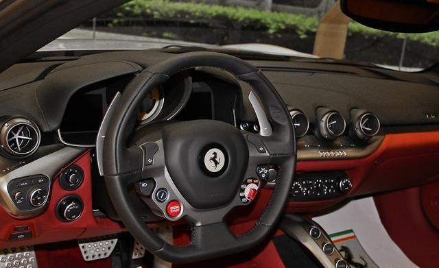 法拉利F12成熟稳重得外观,内饰简洁舒适,回头率很高!