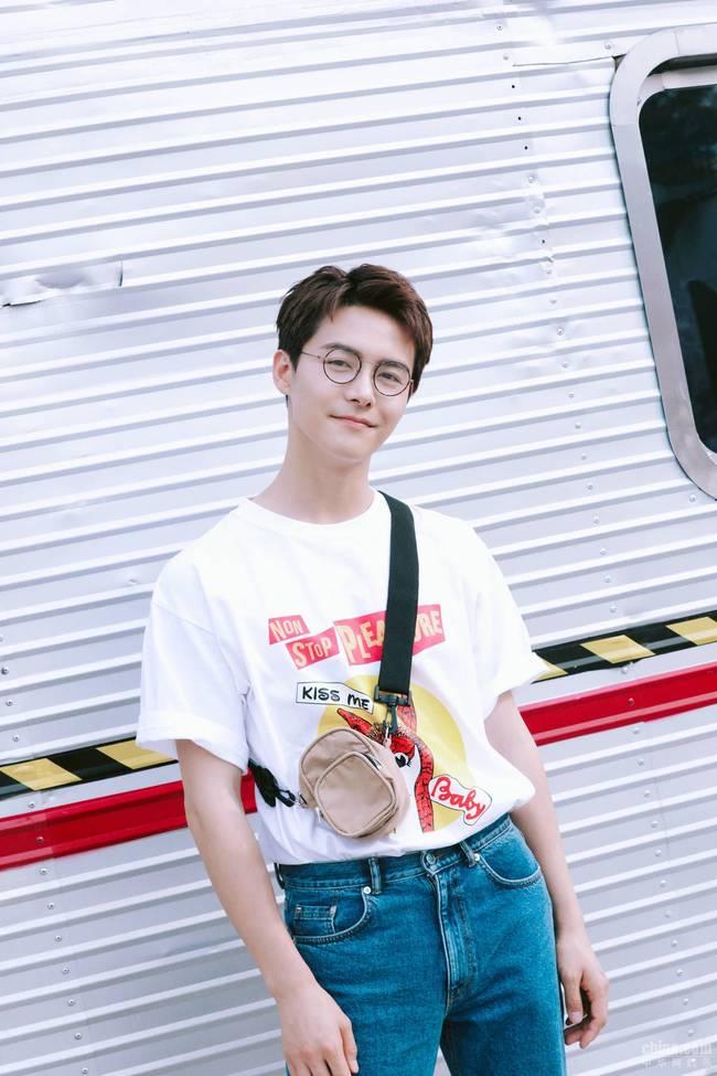 马天宇,青春洋溢,仍是记忆中的模样,白色T搭配牛仔裤潮流亮相
