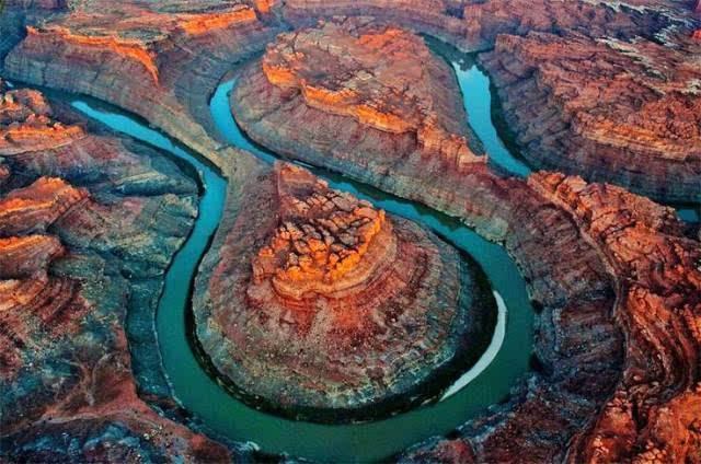 科罗拉多大峡谷山石多为红色从谷底到顶部分布着从寒武纪到新生代各