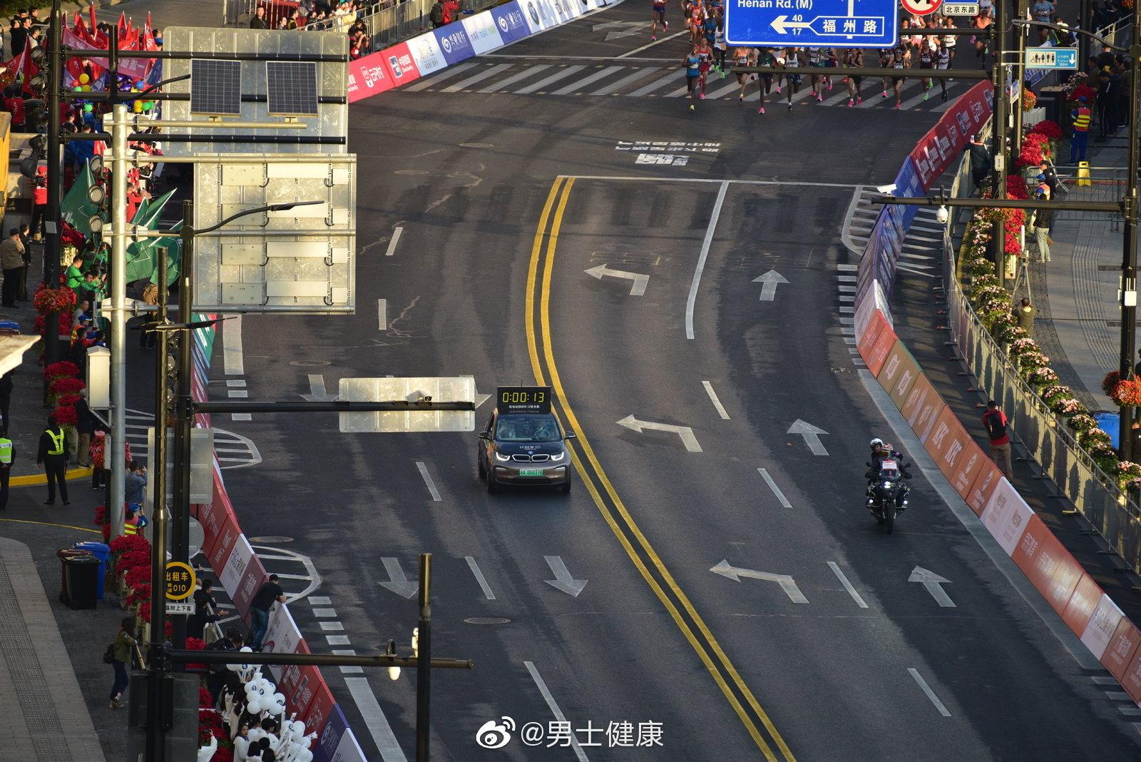 11月17日,第24届上海国际马拉松赛在外滩金牛广场鸣枪开跑
