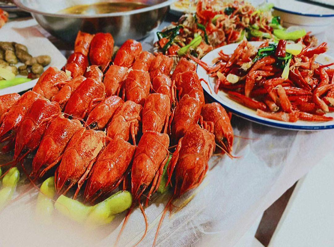 长春网友发来的:陪女领导去吃小龙虾自助餐,总是感觉不好意思