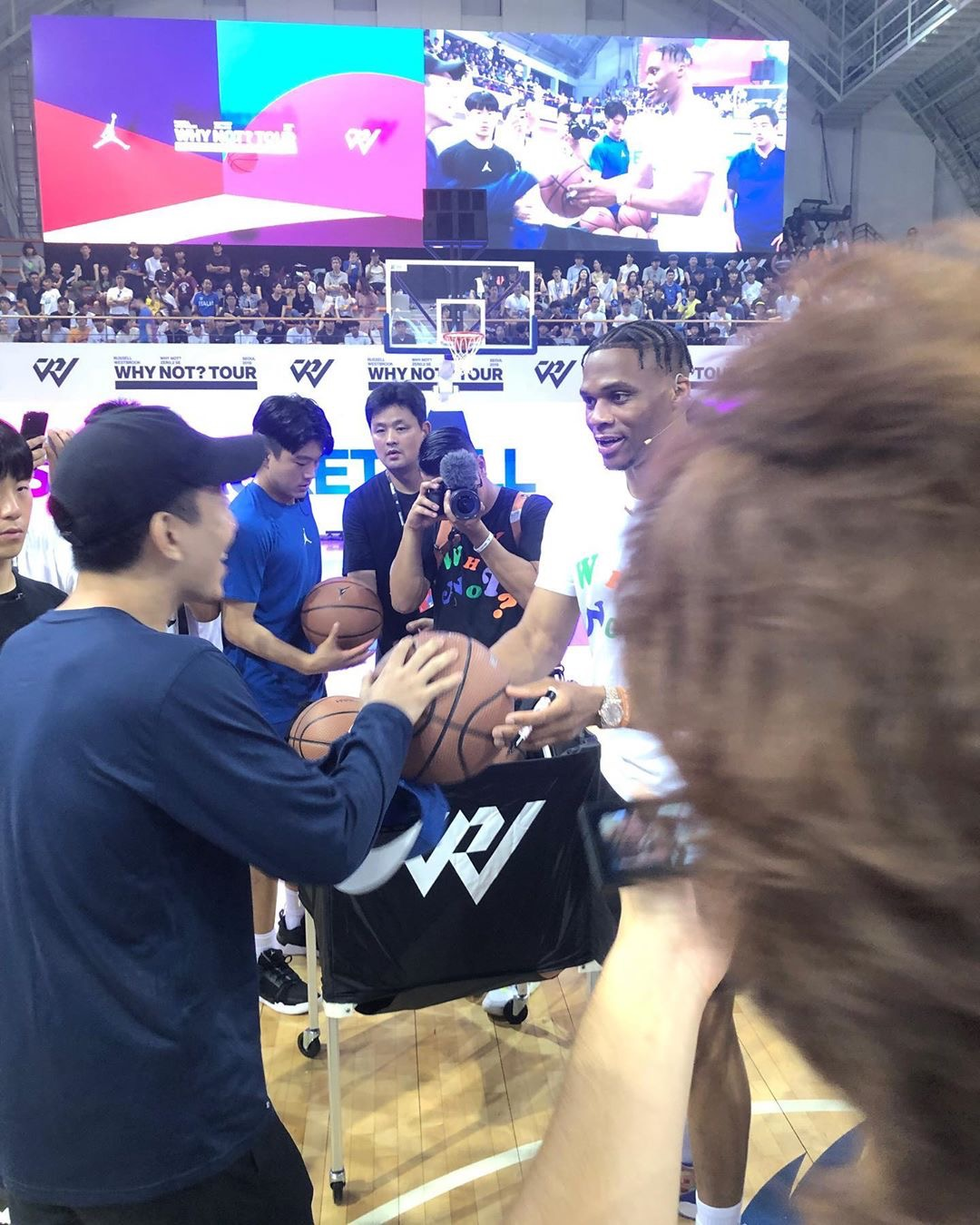 这位韩国的球迷抢到了威少的签名篮球,然后喜极而泣。