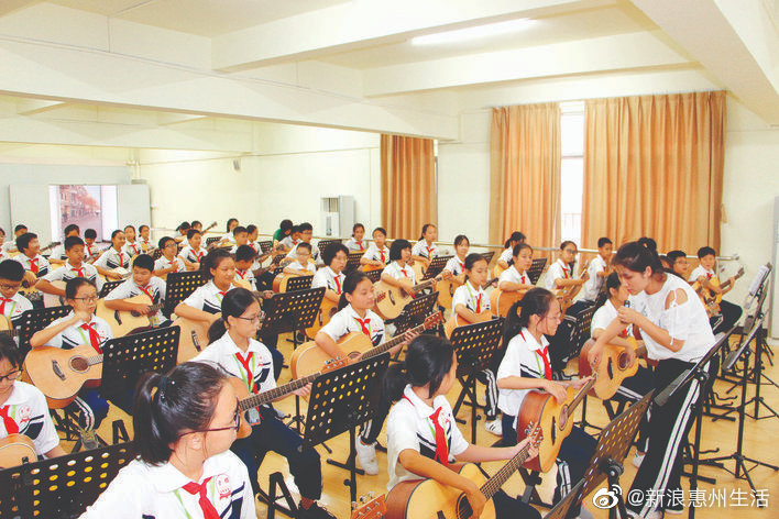 下学期起公办学校全面开设吉他课