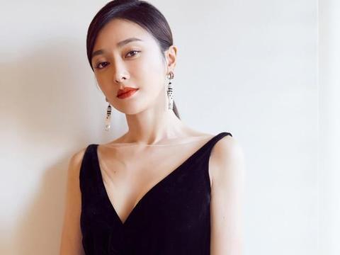 黑色深V拖地开叉长裙–秦岚