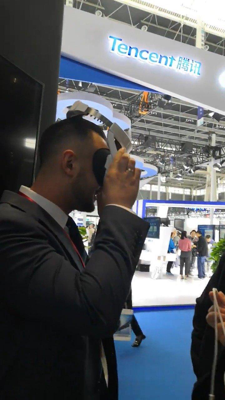 一位外国朋友在数博会中国电信展厅体验了VR直播的神奇